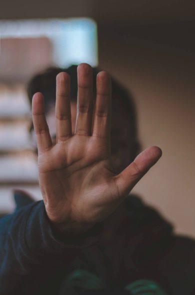 Abwehrende Hand vor Gesicht