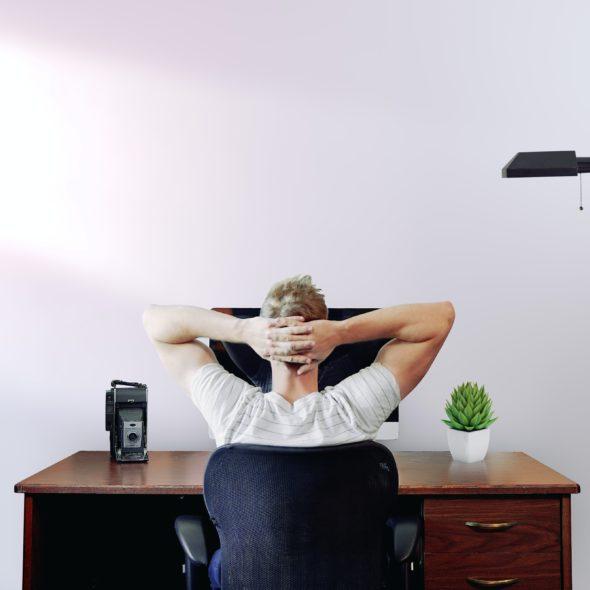 nachdenklicher Mann am Schreibtisch