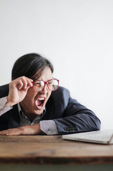 Wütender Business Man am Schreibtisch