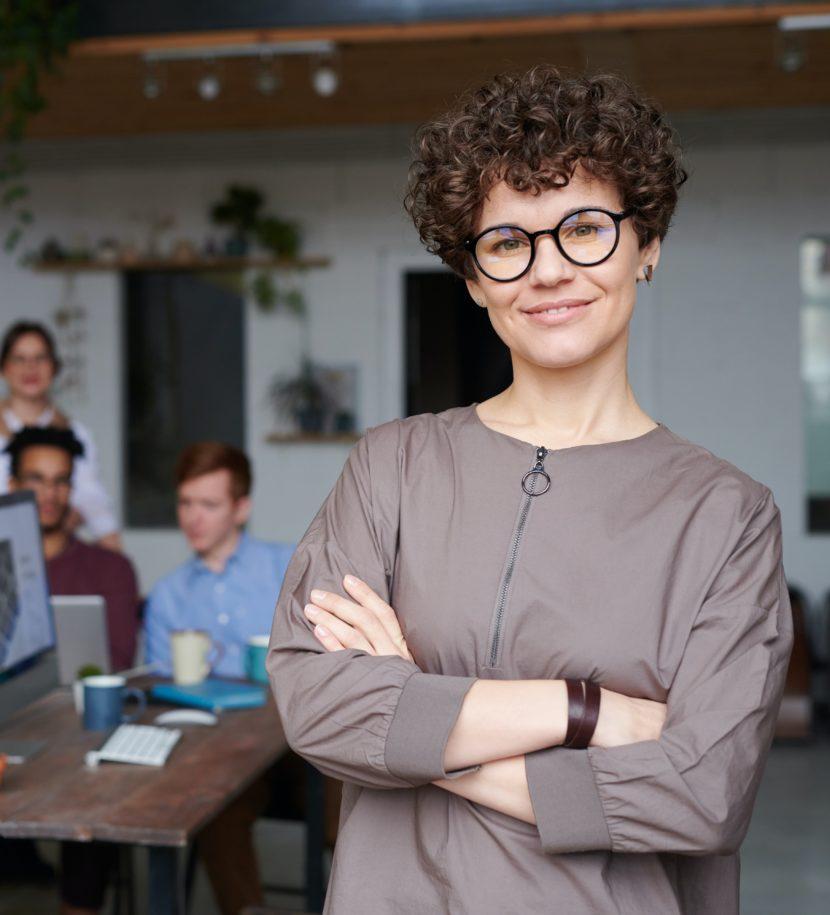 Chefin inspiriert als Vorbild Mitarbeiter bei Meeting