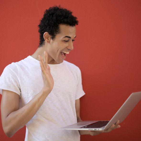 fröhlicher Mann mit Notebook
