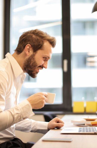 Mann trinkt Espresso bei Meeting