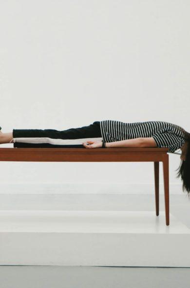 Frau liegt auf einem Tisch